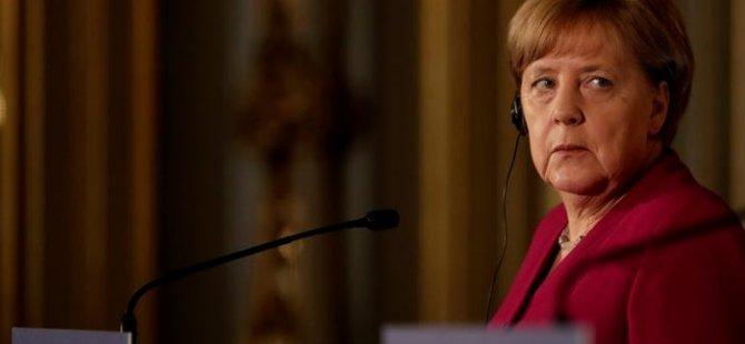 Göç ve Mülteciler Dairesi'ndeki sorunlar Merkel'i zora soktu