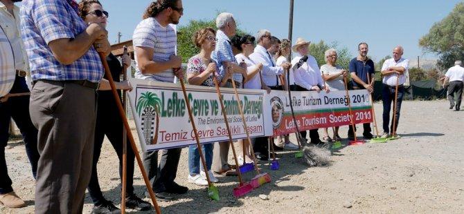 """CMC önünde """"Süpürgeni kap gel"""" sloganlı eylem yapıldı"""
