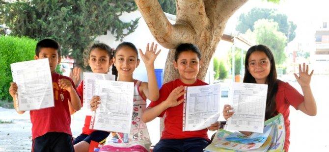 Orta dereceli okullarda karneler dağıtıldı, yaz tatili başladı.