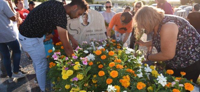 Arda Erkan, ölümünün 3'üncü yıldönümünde Lefkoşa Mezarlığı'ndaki kabri başında anıldı.