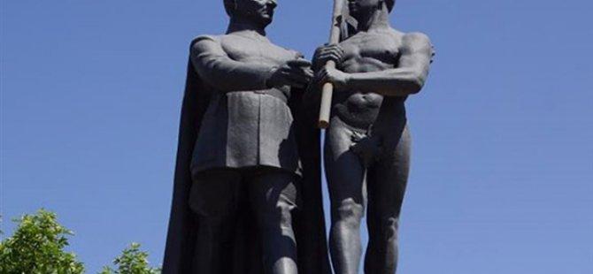 Malatya'da heykele şort giydirip pantolon dikmeye kalktılar