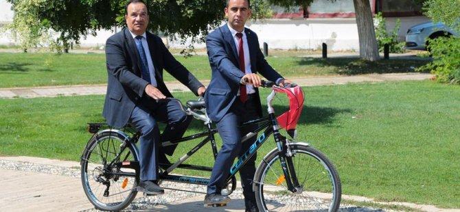 Görme engelli daire başkanının 'makam aracı' bisiklet