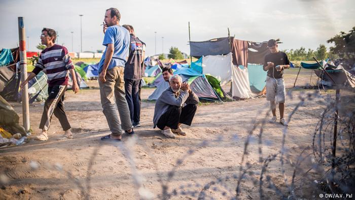 """Macaristan'a """"sığınmacıları aç bırakma taktiği"""" suçlaması"""