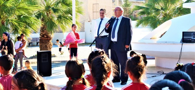 Özyiğit yeni eğitim öğretim yılının açılışında ilk ders zilini Lefkoşa Atatürk İlkokulu'nda çaldı