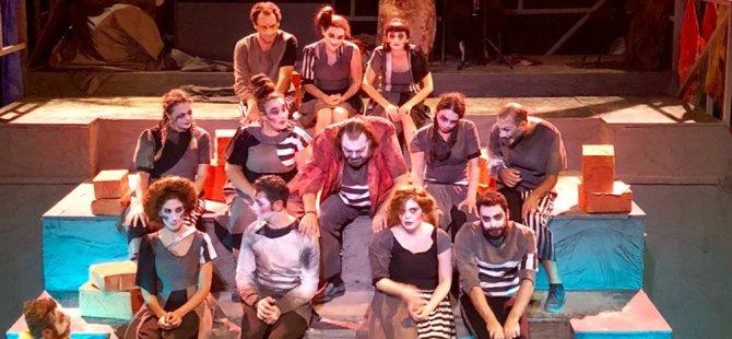 Belediye Tiyatrosu'nun yeni oyunu, hayalet kumpanya, tiyatro festivali'nin açılış gecesinde prömiyerini yaptı