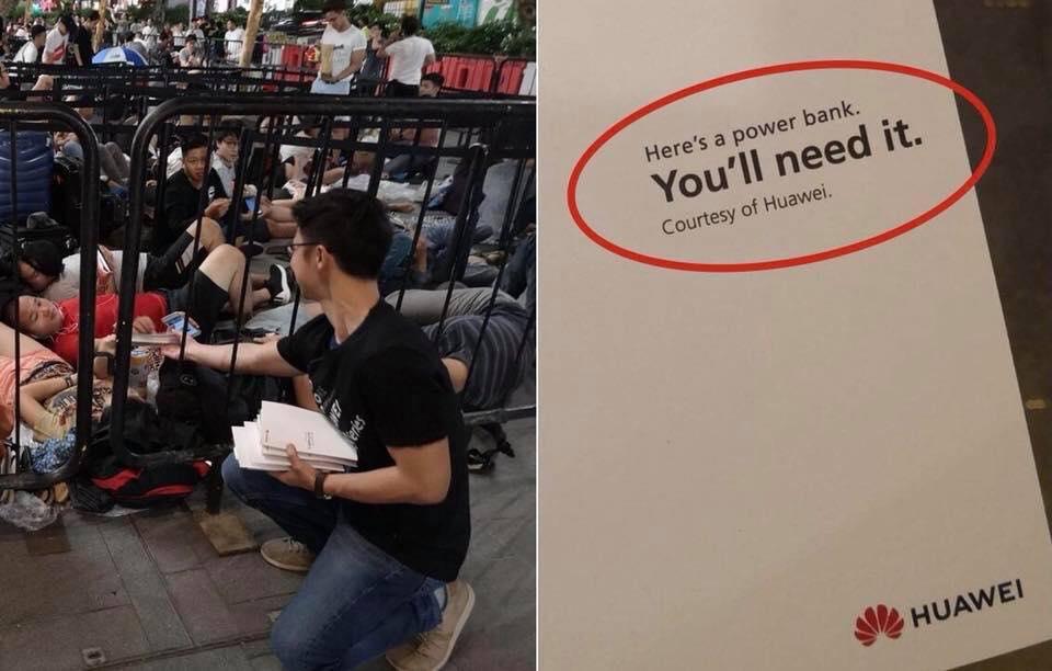 Huawei, iPhone kuyruğundakilere powerbank dağıtarak Apple ile dalga geçti: 'Buna ihtiyacın olacak'