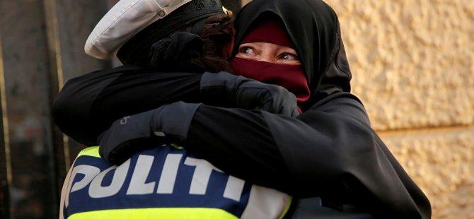 Danimarka'da peçe yasağına karşı çıkan eylemciye sarılan polise soruşturma