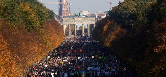 Berlin'de ırkçılığa karşı büyük gösteri