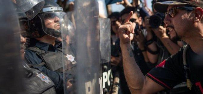 Meksika'nın sınır kenti Tijuana'da ABD'ye geçmeye çalışan göçmenler protesto edildi