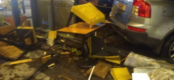 Lefkoşa'da araç iş yerine girdi: 1 kişi yaralandı