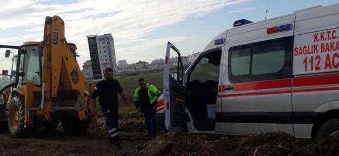 Yaralıya yetişmeye çalışan ambulans çamura saplandı