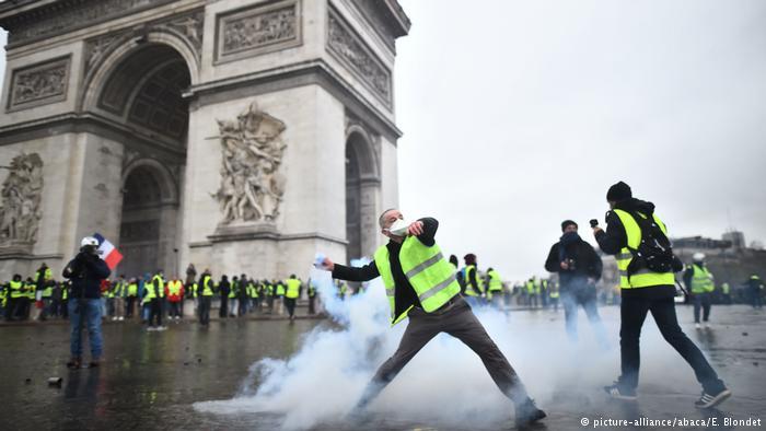 """Paris'teki """"Sarı yelekliler"""" eylemine müdahale"""