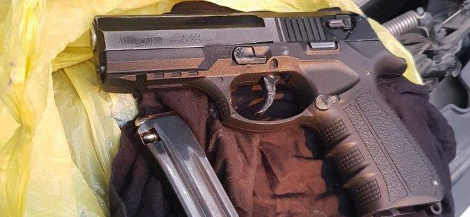 Sınır kapsısından silah geçirirken yakalandılar