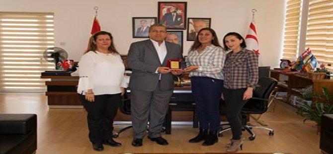 Dörtyol İlkokulu Okul Aile Birliği Gazimağusa Belediye Başkanı İsmail Arter'e plaket takdim etti