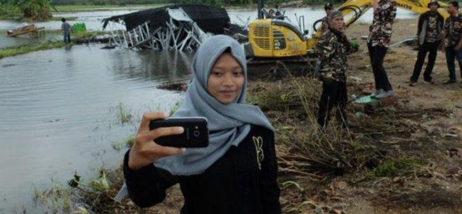 500 kişi öldü! Önüne geçip selfie yaptılar!