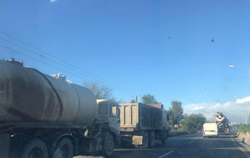 Mağusa Lefkoşa yolunda kamyon arıza yaptı, trafik kilitlendi