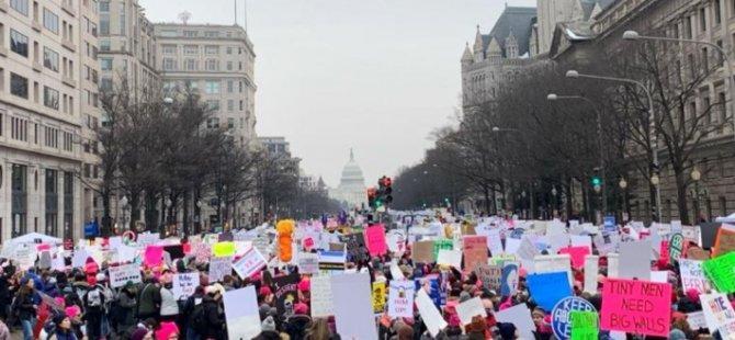 ABD'de Trump'ı protesto eden binlerce kadın sokaklara döküldü