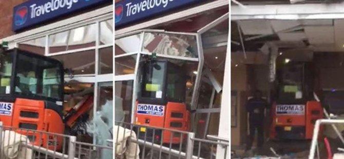 Ücreti ödenmeyen işçi otele kepçeyle daldı (video)