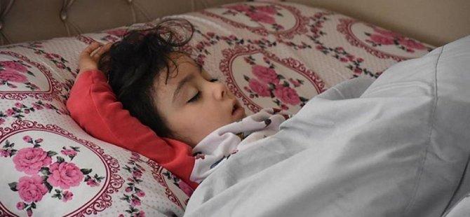 Valinin tatil sorusunu 'Yatacağım' diye yanıtlayan 5 yaşındaki Zeynep, mışıl mışıl uyuyor