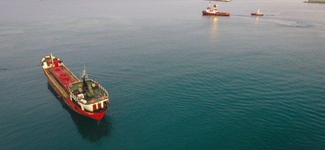 Mağusa'da karaya otururan gemi kurtarıldı (video)
