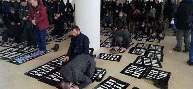 Trabzon'da İlginç TFF protestosu: Pankartın üstünde namaz kıldılar