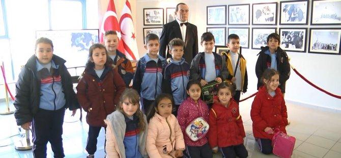 """Cihangir Düzova İlkokulu'ndan 200 Kişilik Grup """"Dr. Fazıl Küçük ve Millî Mücadele"""" Temalı Sergiyi Ziyaret Etti…"""