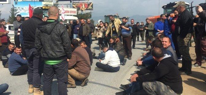 Ercan önünde oturma eylemi yapıyorlar!