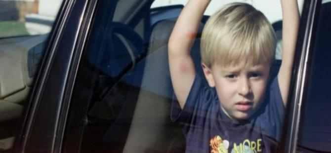 Melbourne'de 10 Çocuk Otomobillerden Kurtarıldı