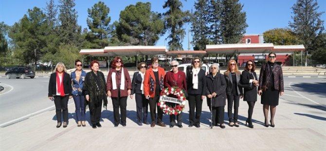 Kadınlardan Atatürk büstüne çelenk