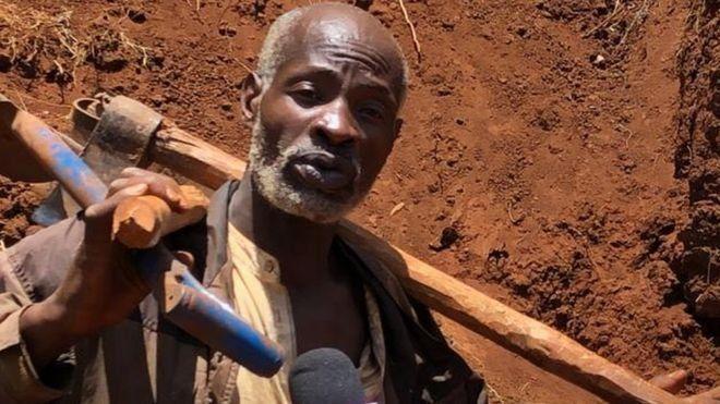Kenyalı gece bekçisi, tek başına kazma kürekle köyüne yol yaptı