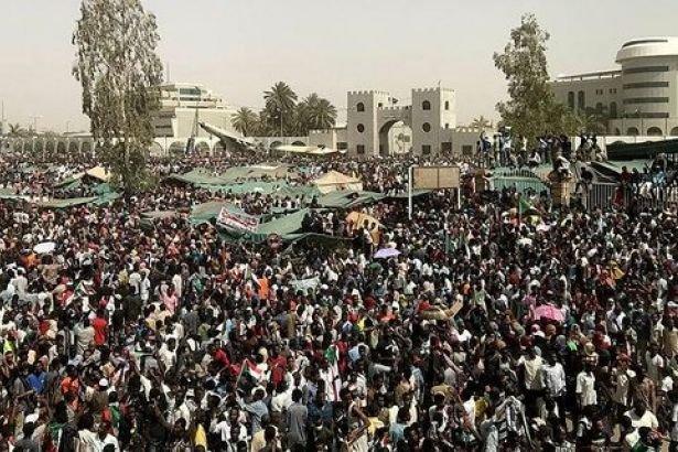 Sudan'da protestocular Auf'un askeri geçiş konseyi liderliğini bırakmasını kutladı