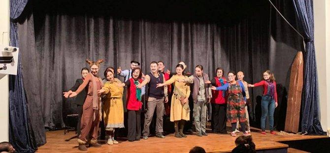 """Baraka Tiyatro Ekibi'nin hazırladığı """"Ayak Bacak Fabrikası"""" adlı oyun perdelerini açtı."""