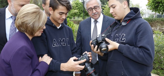 AML Öğrencileri Cumhurbaşkanı Akıncı ve Eşi Meral Akıncı'nın fotoğrafını çekti
