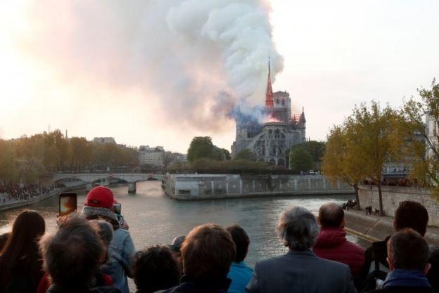 Notre-Dame yangını: Macron'dan 'yeniden inşa edeceğiz' sözü