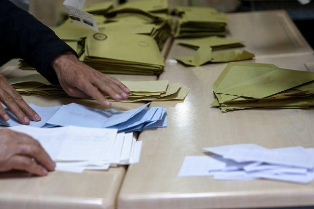 Maltepe'de AKP'nin itirazlarına rağmen 2 olan sandık kurulu sayısının 6'ya çıkarılması kararı verildi.