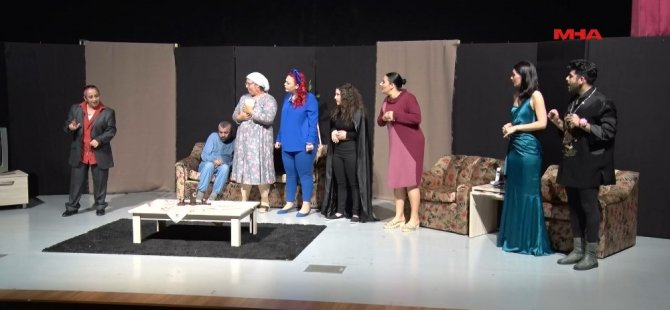 """""""Delirircesine"""" tiyatro oyunu Mağusa'da sahnelendi"""
