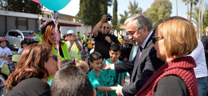 """Cumhurbaşkanı Akıncı """"Atam İzindeyiz"""" temalı bisiklet sürüşüne katılan çocuklarla biraraya geldi"""