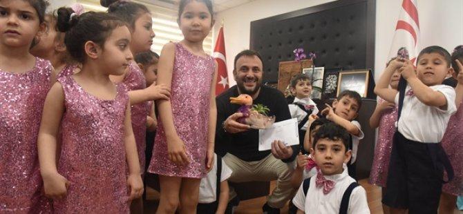 Çocuklar Bakan Zeki Çeler'i ziyaret etti.