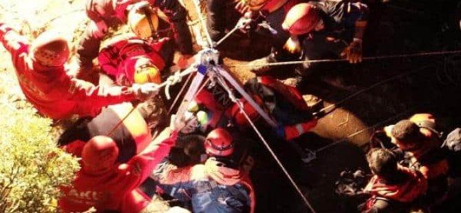 Defineciler 35 metrelik mağarada mahsur kaldı: Biri öldü, altısı kurtarıldı
