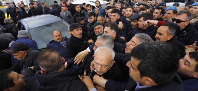 Kılıçdaroğlu'na linç girişimine ilişkin yeni görüntüler: Kadın, büyük bir taşı makam aracına atıyor! (Video)