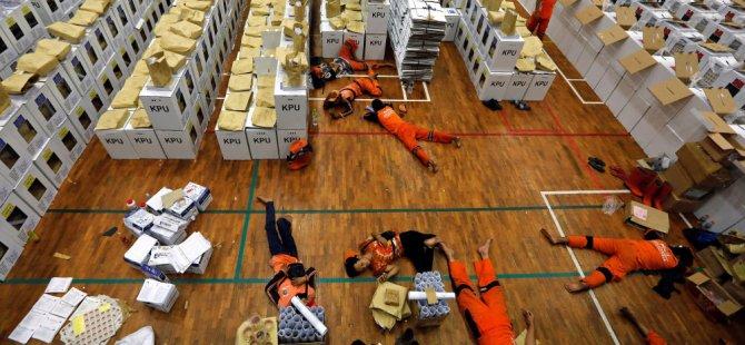 Dünyanın en büyük seçimi:Sandık görevlileri aşırı yorgunluk nedeniyle yaşamını yitirdi