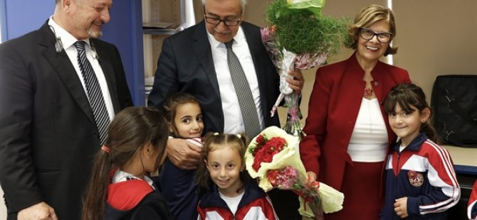"""Cumhurbaşkanlığı tarafından hazırlanan """"Haklarımı Biliyorum"""" isimli kitabın dağıtımına 23 Nisan İlkokulu'ndan başlandı"""
