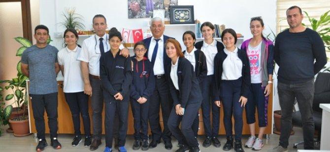 Özçınar, Ortaokullarası Atletizm Birincisi gelen Şehit Turgut Ortaokulu Atletizm Kız Takımını kutladı