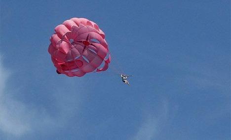 Kaymakam paraşütle kayalıklara düştü
