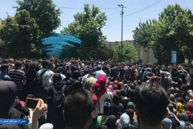 Tahran Üniversitesi'nde zorunlu başörtüsü uygulamasına karşı protesto