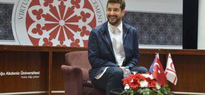 Ünlü oyuncu Enis Arıkan DAÜ'de söyleşi gerçekleştirdi