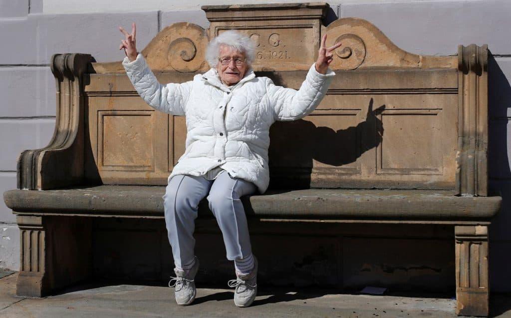 Almanya'da 100 yaşında siyasete atılan emekli öğretmen belediye meclisi üyesi oldu