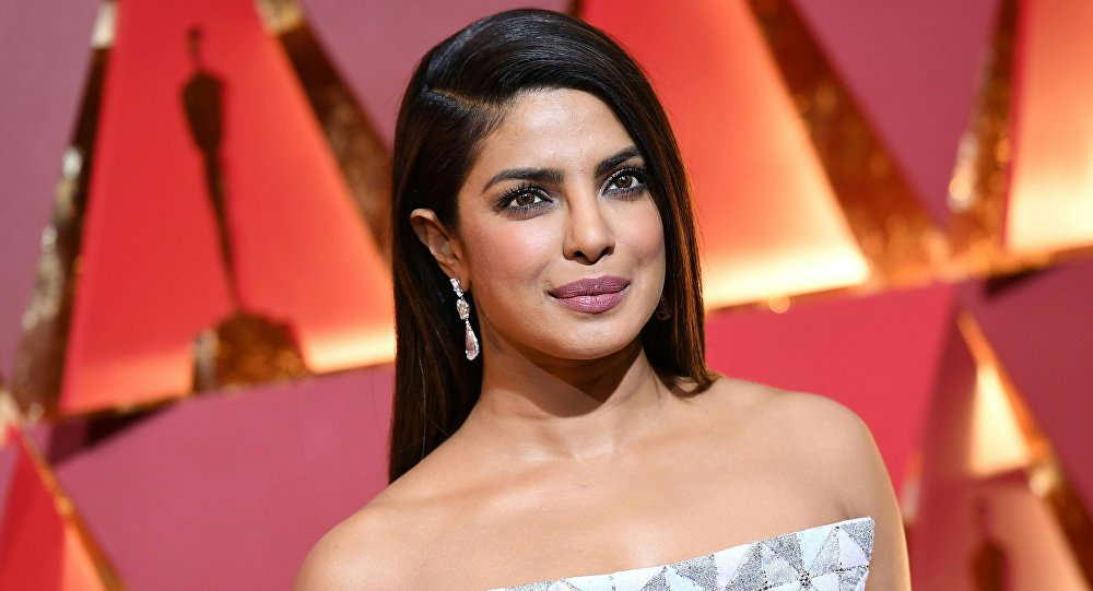 Hindistanlı ünlü oyuncu, 'sari'sinin altına bluz giymediği için eleştirilerin hedefi oldu