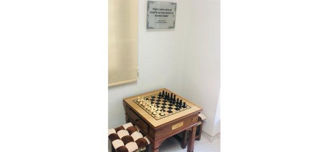 Tuğsan Yazıcı'nın adını yaşatmak adına Aile Çocuk Onkoloji Servisi'ne satranç köşesi armağan edildi