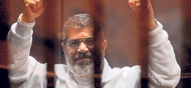 Eski Mısır Cumhurbaşkanı Muhammed Mursi mahkeme salonunda hayatını kaybetti